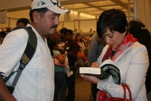 La autora del libro Los Secretos del Narco, Anabel Hernández se presentará en la feria. Foto: KioskoNews.