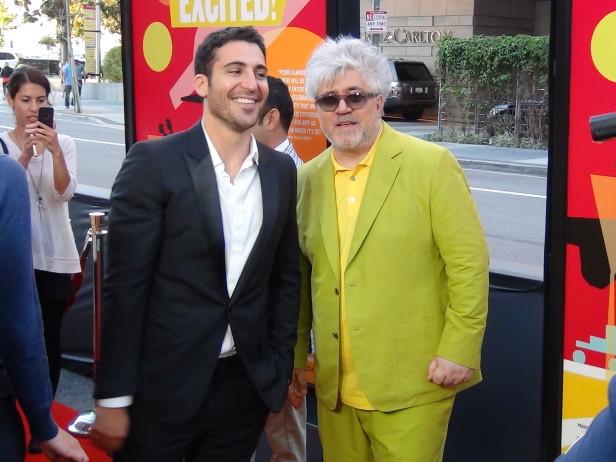 El actor Miguel Angel Silvestre y el cineasta manchego Pedro Almodóvar durante la inauguración del Festival de Cine de Los Angeles. Foto: KioskoNews