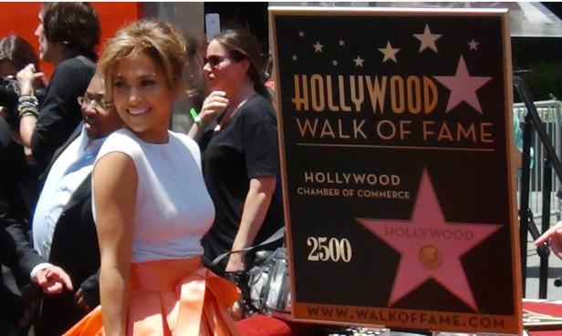 Una estrella para la estrella. Jennifer López ya tiene su luminaria en el paseo de la Fama de Hollywood. Foto: Rubén Burciaga.