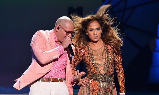 Pitbull y Jennifer lópez durante la apertura de Premios Juventud. Fotos: Univisión