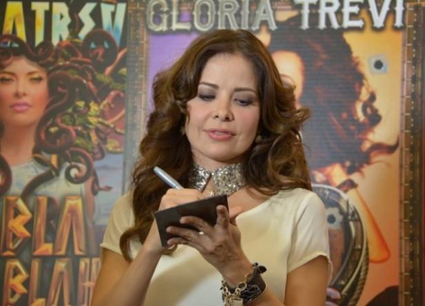 Gloria Trevi firma autógrafos a los fans angelinos. Foto: Odalys Pomales.