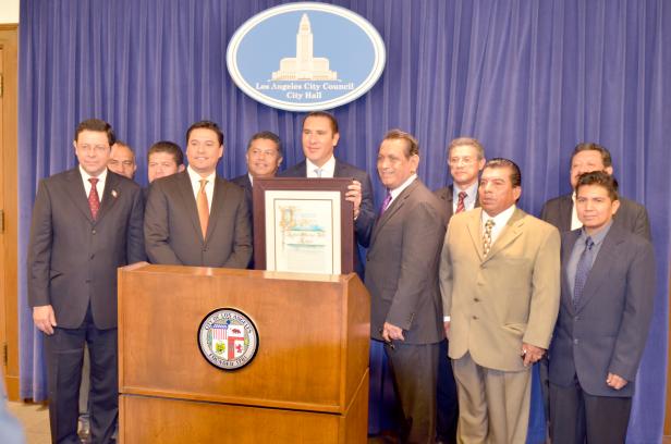 El gobernador de Puebla recibió un reconocimiento de parte de la Alcadía de Los Angeles por su apoyo a los poblanos en el exterior.