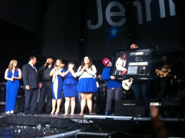 La familia de La Diva de la Banda recibió el disco de oro y platino por las altas ventas del disco Jenni Rivera 1969-Siempre en Vivo desde Monterrey en México y EU.