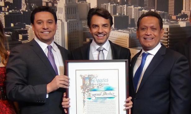 Eugenio Derbez recibió el reconocimiento de manos de los concelajes José Huízar (izquierda) y Gil Cedillo (derecha). Foto: KioskoNews
