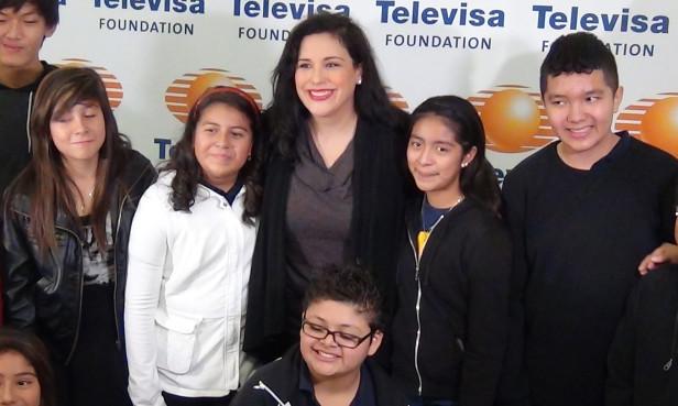 Angélica Vale compartió con estudiantes latinos de la UCLA Community School (UCLA-CS) su camino al éxito y los alentó para que cursaran una carrera universitaria y a conservar el español.