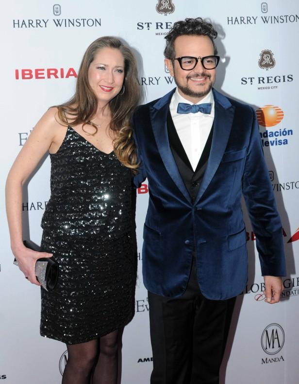 Aleks Syntek con su esposa.