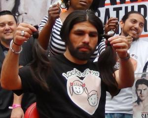Angulo cumplió su promesa de cortarse la larga cabellera a beneficio. Foto: KioskoNews