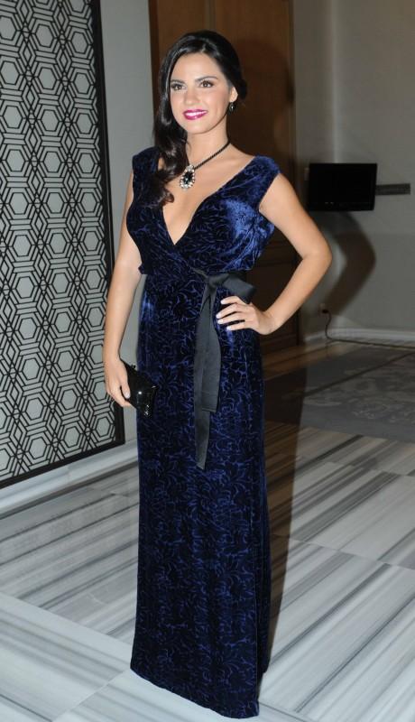 Maité Perroni súper sexy entallada en este elegante vestido azul de gran escote.