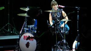 La Reina del Rock presumió su talento en la batería. Foto: Odalys Pomales