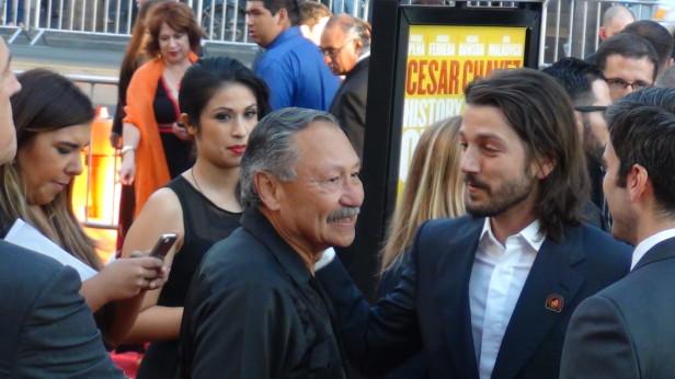El líder campesiono Arturo Rodríguez se encontró con Luna en la alfombra roja de la premier. Fotos: Trajecta