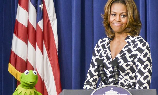 La Primera Dama, Michelle Obama, da la bienvenida a a rana René (Kermit the Frog ) a la Casa Blanca. Foto: Kris Connor/Disney