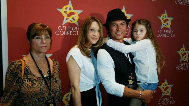 El actor Lou Diamond Phillips llegó al evento acompañado de su familia. Foto: Kioskonews