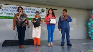 La periodista de Primer Impacto, Magaly Ortíz, recibió un reconocimiento por su apoyo. Foto: Kioskonews