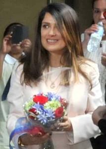 la actriz recibió flores de los pequeñines.