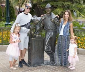 Jessica Alba y su familia. Foto: Paul Hiffmeyer/Disneyland Resort