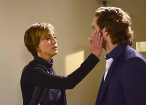 En su papel de la agente Smith, Flores es la encargada de convertir a Nicolás Núñez, interpretado por Eugenio Siller, en agente policíaco.