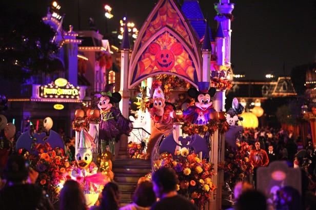 Mickey, Minnie, Goofy, Pluto y otros personajes de Disney y DisneyïPixar se disfrazan para la temporada.