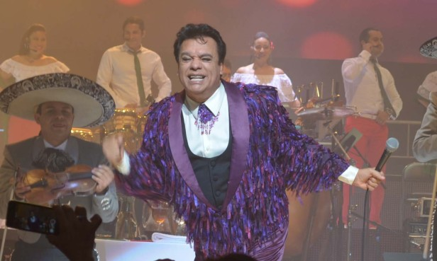 Juan Gabriel complació a la audiencia y agradeció por las bendiciones que le dedicaron en los momentos de enfermedad. Fotos: Impulso/Zefe Ruiz.
