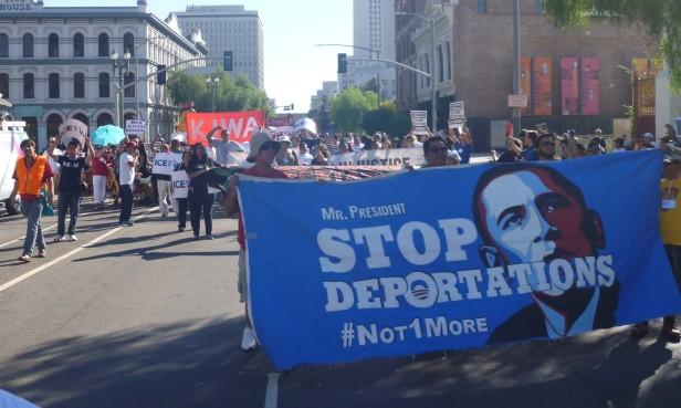 Al grito de 'Alto a las deportaciones' y 'alivio migratorio ya', protestaron cientos de inconformes. Fotos: Miriam Reyes