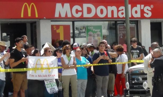El jueves 4 de septiembre empleados de comida rápida salieron a las calles a exigir más salario. Fotos: KioskoNews
