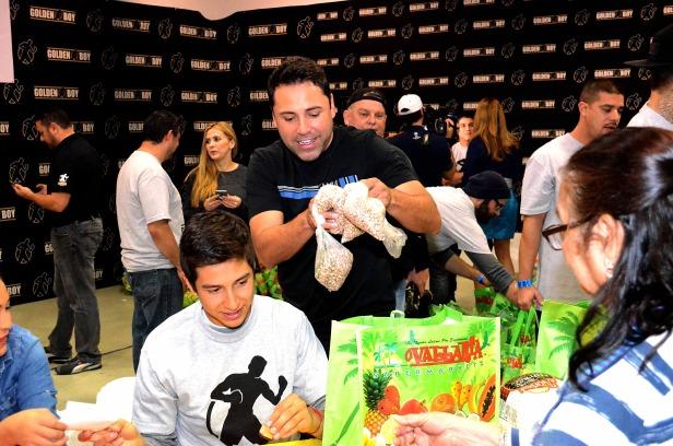 Óscar de la Hoya repartió alimentos a varias familias del Este de Los Ángeles por 18 años de manera consecutiva. Fotos: Pako