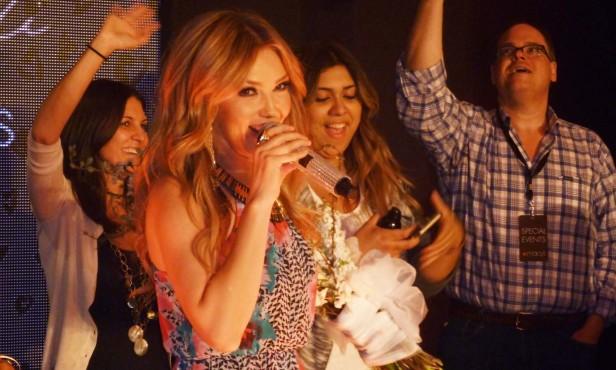 La cantante y actriz Thalía celebra con tequila el lanzamiento de su línea de ropa. Foto: Myriam Reyes