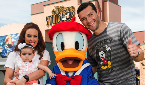 acky Bracamontes con su familia los Parques Disney. Foto:  Chloe Rice/Walt Disney World Resort