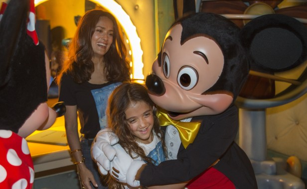 Salma Hayek se divierte en Disneyland con su hija Valentina. Foto: Paul Hiffmeyer/Disneyland Resort