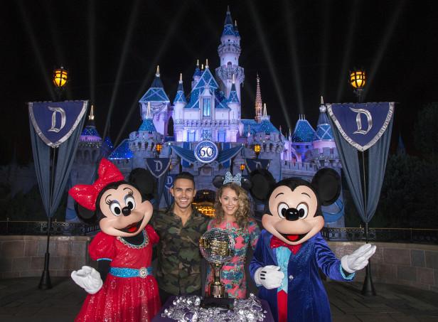 Los esposos Alexa y Carlos PenaVega celebraron con Mickey Mouse y Minnie Mouse en Disneyland Park en Anaheim, Calif. Photo: (Paul Hiffmeyer/Disneyland Resort)