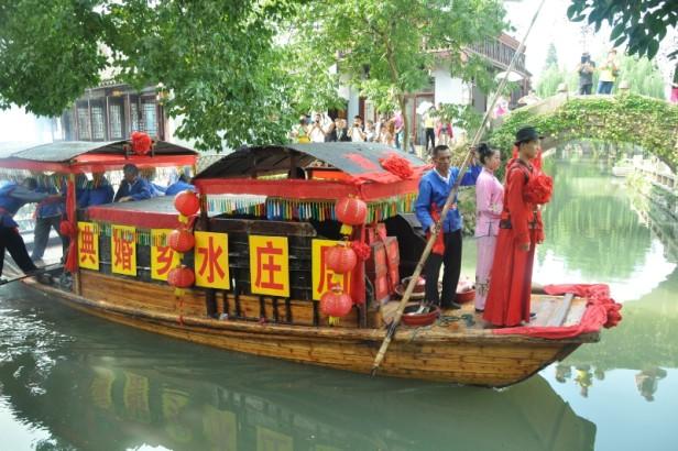 Zhouzhuang , la ciudad rodeada de agua, permite a los visitantes de todo el mundo tener una boda inolvidable al estilo chino clásico, como has 900 años.