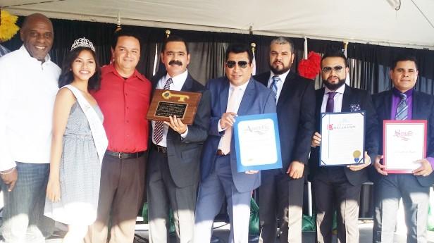 El alcalde de Carson Albert Robles (rojo) entrega las llaves de la Ciudad a Los Tucanes de Tijuana.