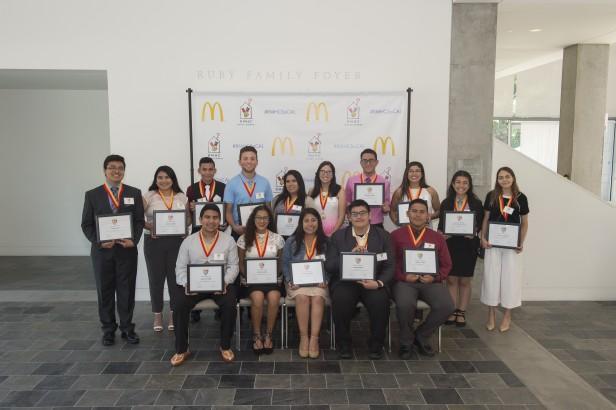 Cada año, RMHCSC apoya a estudiantes destacados del sur de California que quieren asistir a la universidad .