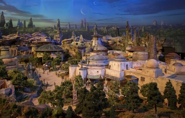 Las áreas de la temática Star Wars abrirán el 2019 con dos atracciones principales, una que permite a los visitantes pilotear el Halcón Milenario en una misión secreta personalizada, y otra que pone a los asistentes en medio de una batalla entre la Primera Orden y la Resistencia.