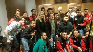 Los integrantes de la banda Tierra Mojada con el cineasta Lee Unkrich.