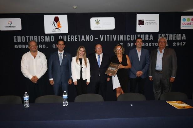 Resaltan en libro 'Vitivinicultura Extrema' la historia y desarrollo de la producción de vino de la zona Ruta Arte, Queso y Vino, en Querétaro, México.