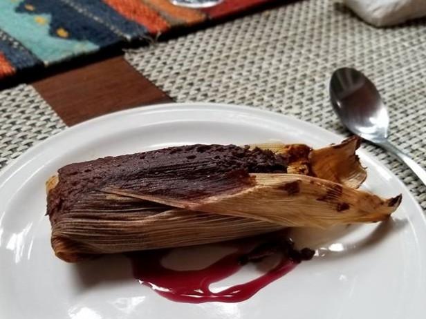 El tamal de chocolate es uno de los platillos que forman parte de La 'Cena Oaxacalifornia' a beneficio de los damnificados de Juchitán. Oaxaca.