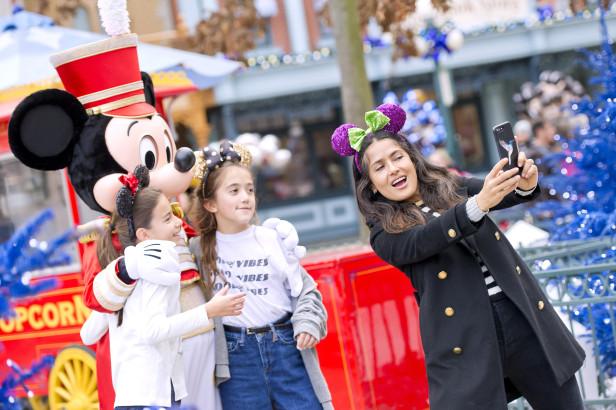 Salma Hayek capturó los momentos especiales que disfrutó con su hija Valentina y su amiguita en el parque de diversiones.