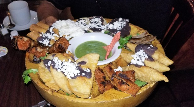 Casa Oaxaca ofrece platillos prehispánicos estilo gourmet como La Tentación, que incluye varios antojitos oaxaqueños y es súper práctico como aperitivo para cuatro personas.