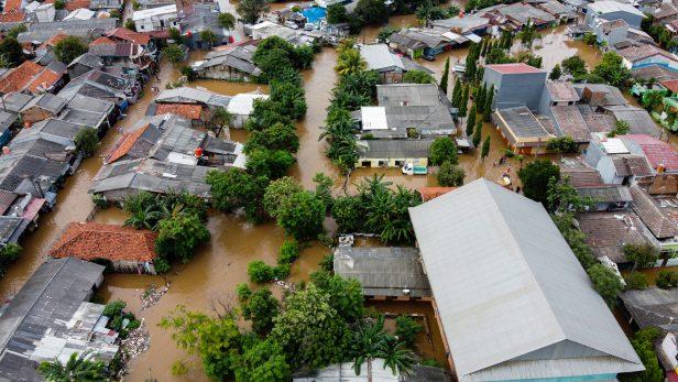 Inundacion por huracán en EU iStock Aerial POV view Depiction of flooding. devastation wrought after massive natural disasters