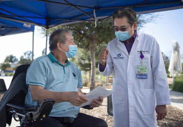 Hombre recibe vacuna 937