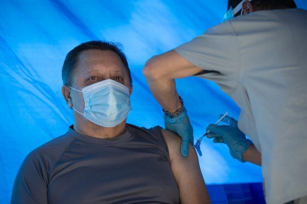 Hombre recibe vacuna 074