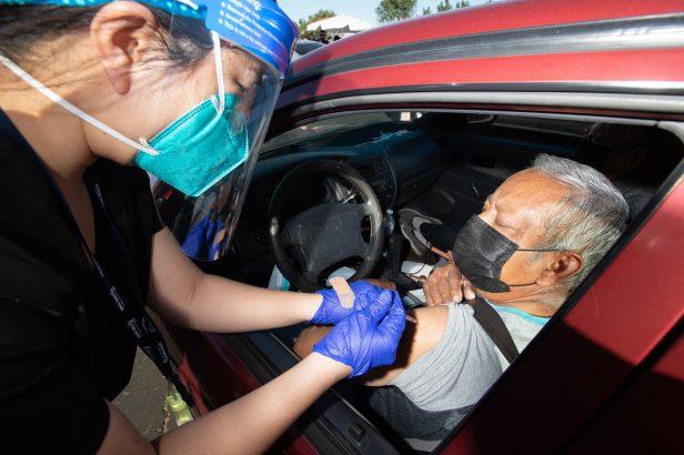 Persona se vacuna contra Covid 19